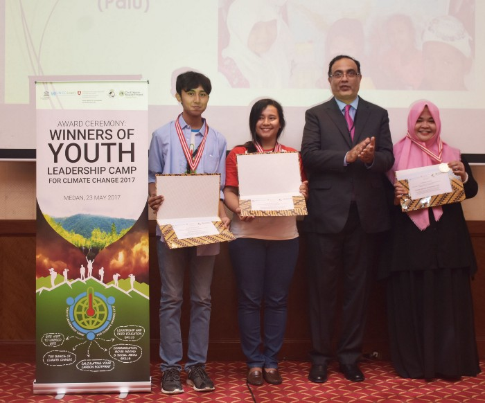 YLCCC 2017 top thee students, awarded by Dr Shahbaz Khan, Director and Representative, UNESCO Regional Science Bureau for Asia and the Pacific, win sponsorship for Tribal Climate Camp, in the USA. /©UN CC:Learn