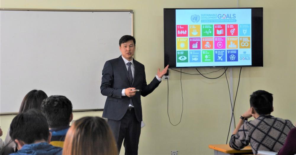 Dr. Ganzorig Gonchigsumlaa teaching Sustainable Development Goals in the Development Economics course among undergraduate students. / © Sainjargal Zorigtbaatar 2018